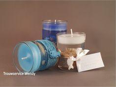 Glas gevuld met een kaars en strand decoraties. De 3 modellen worden assortie geleverd in lichtblauw, donkerblauw en naturel. maat: 5 x 6 cm.