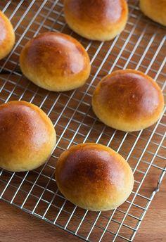 Receta de bollos de mantequilla de Bilbao paso a paso Biscuit Bread, Pan Bread, Bread Cake, Bakery Recipes, Bread Recipes, Sweet Desserts, Sweet Recipes, Donuts, Spanish Dishes