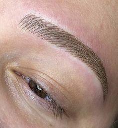 Mircoblading Eyebrows, Eyebrows Goals, Thick Eyebrows, Eyebrow Makeup Tips, Permanent Makeup Eyebrows, Kiss Makeup, Face Makeup, Curls For Long Hair, Brow Wax