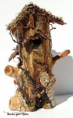 Geben Sie Ihren Mini-Garten-Besuchern einen besonderen Platz in diesein eine Art handgemachte Woodland Fairy bleiben oder Miniatur-Garten Hause, Ihrem Mini Garten oder Terrarium. Keine zwei sind gleich.    Das Haus besteht aus einem Protokoll Stück rote aromatische Zeder. Es hat eine eingelassene, nicht öffnende Tür, und 3 gebohrt Windows. Die Dächer sind aus Zeder mit Kiefer Kegel Schindeln hergestellt. Dieses süße kleine Haus schmücken, sind Baumwurzeln, Reben ranken, Flusskiesel, Fossil…