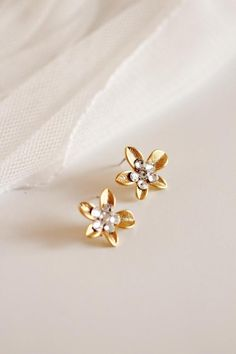 Delicate Gold Flower Earrings, Bridal Earrings, #flowerstuds #weddingearringstud #goldstuds #studearrings #bridalstuds #goldflowerstuds #delicateearrings #goldstudearrings #bridalearringstuds #goldflowerearrings #romanticwedding #bridalstudearrings #swarovskistuds
