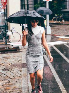 Natalie Suarez posa pra foto vestindo top turtleneck branco com vestido de alcinha e tênis