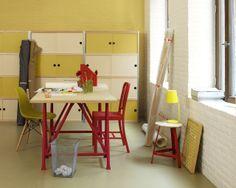 Créez une ambiance accueillante avec des teintes ensoleillées. L'association stimulante de jaune crème, vert vif et rouge vibrant transforment cet espace assez industriel à la base en espace de travail relaxant.