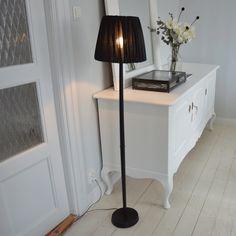 Stilren golvlampa med skärm Entryway Tables, Furniture, Vintage, Home Decor, Decoration Home, Room Decor, Home Furnishings, Vintage Comics, Arredamento