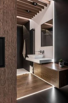 The use of wood in the bathroom is wonderful, allowing the room to have a warm and very elegant look