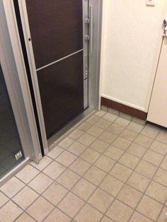 新築2年後の玄関タイルの汚れ・ | 川上隆久のブログ Tile Floor, Flooring, Tile Flooring, Wood Flooring, Floor