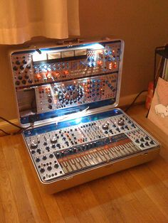 Take your music with you: Buchla in a suitcase Vintage Synth, Vintage Music, Music Machine, Drum Machine, Radios, Analog Synth, Piano, Retro, Dj Equipment