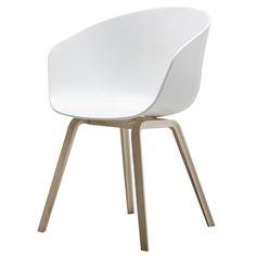 Näitä meille tuli alkukesästä 4 kpl, siis Hayn About a Chair -tuolia. Mustilla jaloilla. Nää on aivan loistotuolit, kyllä kannatti laittaa aikaa ja harkintaa tuolinostoon.