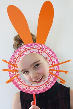 Snel iets leuks knutselen voor Pasen? Met dit masker van papier ben ik in een kwartiertje een echte paashaas! De spullen heb je waarschijnlijk al in huis, dus aan de slag.