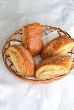Nemme tebirkes med remonce til morgenbordet (recipe in Danish) from Bageglad Danish Cuisine, Danish Food, Cooking Bread, Bread Baking, Denmark Food, Scandinavian Food, Danishes, Eat Smart, Food Inspiration