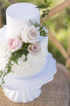 Bolo para casamento na pria - Two tier white cake with flowers | Christina Schmidt Photography