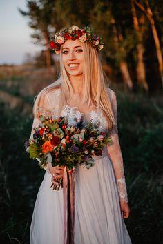 Kwiaty. KT kwiatowe studio. Wystarcz spojrzeć na zdjęcie obok i można się zakochać! :) Tu również suknia projektu Gosi Motas. Bridesmaid Dresses, Wedding Dresses, Crown, Fashion, Bridesmade Dresses, Bride Dresses, Moda, Bridal Gowns, Corona