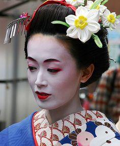 """ Remember Chiyo, geisha are not cou. Cloth Flowers, Fabric Flowers, Bridal Make Up, Bridal Looks, Shibori, Geisha Makeup, College Hairstyles, Kanzashi Tutorial, Japanese Makeup"