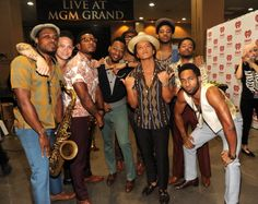 Bruno Mars e The Hooligans no backstage