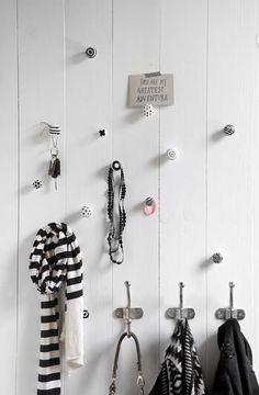 KARWEI | Idee voor in de hal: creatieve kapstok van vrolijke knoppen en ophanghaken. #karwei #diy #wooninspiratie