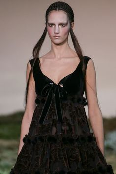 See detail photos for Alexander McQueen Fall 2014 Ready-to-Wear collection.