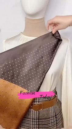 Scarf Wearing Styles, Scarf Styles, Diy Clothes Life Hacks, Clothing Hacks, Ways To Wear A Scarf, How To Wear Scarves, Indian Fashion Dresses, Fashion Outfits, Diy Fashion Hacks