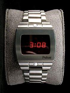 Ritka Pulsar Led watch  Nagyon jó állapotban 1977 Pulsar 3502-2 férfi sport IDŐ SZÁMÍTÓGÉP nemesacél LED / LCD DIGITÁLIS digitális néz. Ez volt az egyik utolsó modell előtt kiadott Pulsar bezárta kapuit 1978 Sport tisztelgés az 1972-es 18k Pulsar P-1. Ugyan az a helyzet design, de sokkal kisebb léptékben Touch Command érzékelők gombok helyett és kész a rozsdamentes acél. Alsó touch parancs gomb mutatja Hour - Min, tartsa másodpercig. Top gomb mutatja A hét napja és dátum. Tartsa mutatni ...