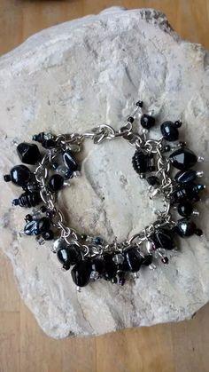 Armband gemaakt van diverse glaskralen in de kleuren zwart en grijs transparant. VERKOCHT