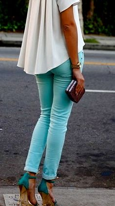 Pretty outfit, love the turquoise jeans Mode Chic, Mode Style, Style Me, Turquoise Jeans, Turquoise Jewelry, Bcbg, Light Blue Pants, Looks Street Style, Moda Casual