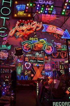 Ideas For Neon Lighting Photography Signs Neon Wallpaper, Wallpaper Backgrounds, Iphone Wallpaper, Wallpaper Doodle, Neon Licht, Neon Led, Neon Aesthetic, Neon Lighting, Retro