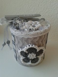 Pringles can with crochet flower and ribbon pringles doosje met gehaakte bloem. Gift box. Cadeau.