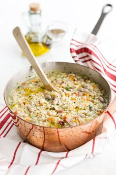Ti piacciono le minestre, prova la ricetta della minestra di orzo e fagioli, un primo piatto facile da fare ideale per l'inverno, gustoso e privo di burro Veg Recipes, Italian Recipes, Healthy Recipes, I Love Food, Good Food, Confort Food, Soup And Sandwich, International Recipes, Clean Eating Recipes