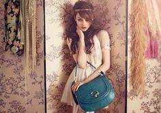 Jonge dame met blauwe handtas