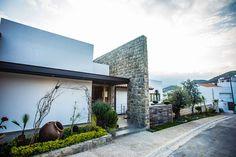 Fachada frontal: Casas de estilo moderno por ICAZBALCETA Arquitectura y Diseño
