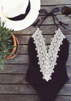 schwarzer Badeanzug mit weißer Spitze