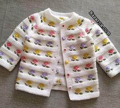 YAKADAN BAŞLANIP ETEKTE BİTEN ÇİÇEKLİ ÇOCUK HIRKA Baby Cardigan Knitting Pattern Free, Baby Boy Knitting Patterns, Knitted Baby Cardigan, Knit Baby Sweaters, Knitting For Kids, Knitting Designs, Baby Patterns, Baby Boy Sweater, Knit Baby Dress