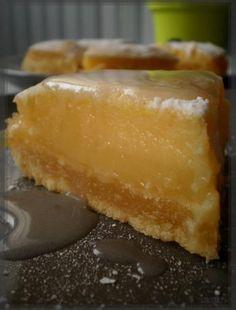 Réalisez facilement cette tarte aux amandes et au citron Une délicieuse alliance avec cette petite tarte aux amandes et au citron, bonne à croquer et fondante à souhait ! Tout est dans le détail … De l'amande « dehors et dedans », un zeste de citron, une odeur délicieuse pendant la cuisson, une croûte craquante, bien cuite qui laisse la place à une garniture crémeuse et pleine. Un délice. TARTE aux AMANDES et au CITRON1 hr, 15 Temps de préparation 30 minTemps de cuisson 1 hr, 45 Temps total…