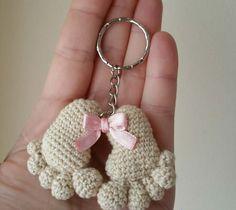 huellas de bebe amigurumi - free pattern, but needs translation Crochet Diy, Crochet Amigurumi, Love Crochet, Crochet Gifts, Amigurumi Patterns, Crochet Dolls, Crochet Flowers, Crochet Patterns, Crochet Keychain