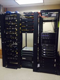 Hooking up a SAN, servers, and the rest of the network up in rack cabinets. Computer Rack, Computer Build, Computer Setup, Gaming Computer, Computer Science, Data Center Design, Structured Cabling, Network Infrastructure, Server Rack