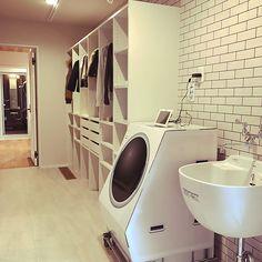 棚/室内干しスペース/ウォークスルークローゼット/ランドリールーム/ファミリークローゼット/個人ロッカーについてのインテリア実例。 「洗濯物を干して取り込...」 (2019-02-07 17:35:21に共有されました) Stacked Washer Dryer, Laundry Room, Beautiful Homes, Bathtub, Home Appliances, Cabinet, Bathroom, Storage, House