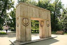 Constantin Brancusi, Poarta Sarutului (i. The Kiss Gate), Targu-Jiu, Romania Rodin, Brancusi Sculpture, Sculpture Museum, Constantin Brancusi, Jiu, Romania Travel, Modernisme, Art Moderne, Travel And Tourism