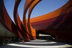 Konstrukcja stalowa ze stali niskostopowej Cor-Ten, muzeum w Holon, Izrael. W konstrukcji muzeum wykorzystano wstęgi z blachy stalowej Cor-Ten, które wykonano z segmentów o długościach nieprzekraczających 12 m, o grubości 5 mm i łącznej powierzchni 4000 m2. Photography: Fot.: Ron Arad Architects, Jessica Lawrence