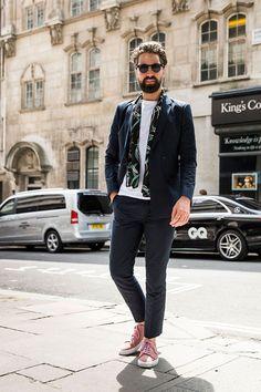 ネイビーダブルスーツ×白Tシャツ×黒柄ストール×ピンクローカットスニーカー