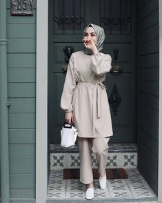 Görüntünün olası içeriği: 1 kişi, ayakta – - Pregnacy and moms Modern Hijab Fashion, Hijab Fashion Inspiration, Muslim Fashion, Modest Fashion, Hijab Fashion Summer, Fashion Dresses, Women's Fashion, Casual Hijab Outfit, Hijab Chic