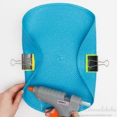 Seamless handbag with an individual tablecloth - The new DIY handbag to show off this season is here. And I must confess that I am madly in love wit - Diy Clutch, Diy Purse, Clutch Bag, Crochet Handbags, Crochet Purses, Pochette Diy, Diy Bags Purses, Diy Handbag, Purse Patterns