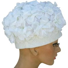 Gorgeous vintage hat covered in white silk flowers; 1960s pillbox style size Medium Md. Fluttery white silk flowers with pearlized tipped stamen