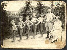 Vintage/Retro Images — Family of 5 boys! Old Family Photos, Family Of 5, Family Trees, Family Pictures, Vintage Pictures, Old Pictures, Retro Images, Funny Group Photos, Creepy Old Photos