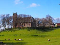 Kerkje op de hoogste terp van Friesland. Hogebeintum. Nederland