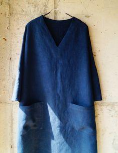 베이직 블라우스 패턴을 이용해서 브이넥 원피스 만드는 방법을 알려드립니다. 저는 이 옷을 가을 출근복... Sewing Clothes Women, Diy Clothes, Clothing Patterns, Sewing Patterns, Sewing Crafts, Bell Sleeve Top, Easy, Style Inspiration, Couture