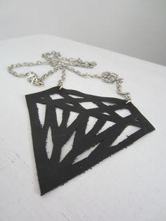 "Tee-se-itse-naisen sisustusblogi: ""Diamond Necklace"" From Recycled Leather"