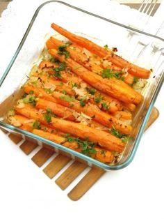 Sült sárgarépa 50 dkg vékony, zsenge sárgarépa ;2-3 gyöngyhagyma; 1 evőkanál frissen facsart citromlé ; 3 dkg vaj + a kenéshez; 1 teáskanál morzsolt kakukkfű;1kis csokor petrezselyemzöld, felaprítva; só; frissen őrölt bors Veggie Dishes, Vegetable Recipes, Meat Recipes, Food Dishes, Vegetarian Recipes, Healthy Recipes, Hungarian Recipes, Food 52, No Cook Meals