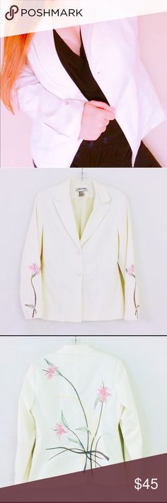 Vintage Blazer white Embroidery oriental flower M Same or next day shipping! Vintage lined cream off white Blazer  Hand embroidered flower with stems . Absolutely stunning piece!  I am 5'4 size 6 for reference. This will fit size 6 / 8. Tags # women's vintage clothing cream Blazer Jacket coat career Floral top Cardigan Vintage Jackets & Coats Blazers