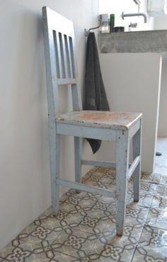 Leuke stoere badkamer met oude tegeltjes en betonnen wasbak. het oude stoeltje brengt veel sfeer en warmte! vergelijkbare oude brocante stoelen te koop bij www.old-basics.nl