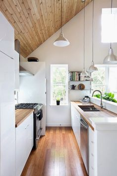 Tips and tricks to maximize your small galley kitchen. These ideas will make kitchen space larger and more functional. The two parallel counters of galley kitchens mean focusing on aisle space, light and storage. For more kitchen ideas go to Domino. Kitchen Interior, New Kitchen, Kitchen Decor, Kitchen Small, Narrow Kitchen, Kitchen White, Kitchen Wood, Kitchen Modern, Stylish Kitchen