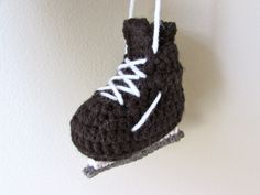 I think it's a general rule that small things are just cuter (kawaii). Things like small teddy bears, baby shoes, or in this case, tiny hockey skates! My friend who loves hockey, asked me to make a...